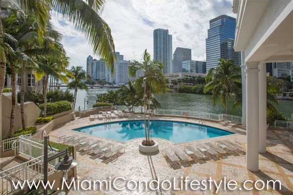 Courts at Brickell Key Piscina
